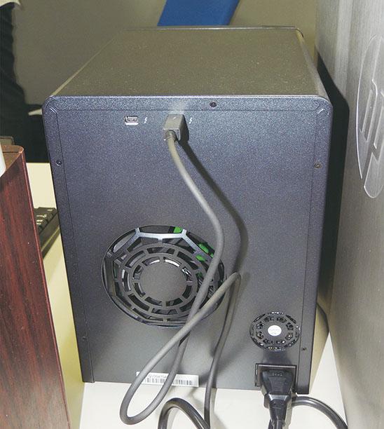 Thunderbolt 2コネクターと電源コネクターのみといった、いたってシンプルな構成のPegasus2 R6背面部