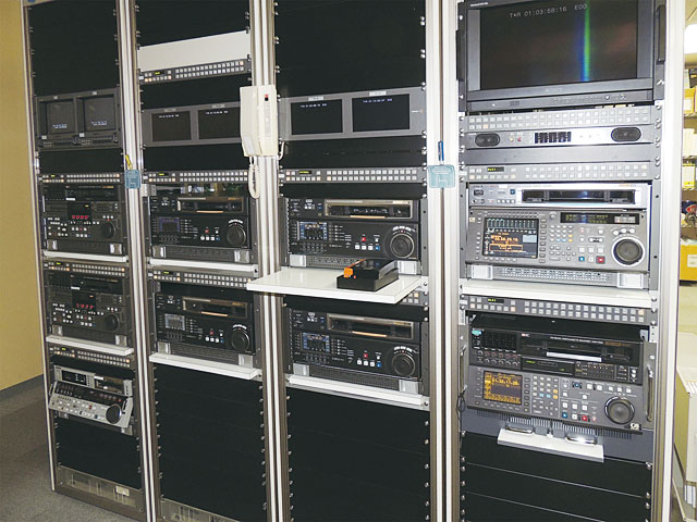 完パケ素材のキャプチャーなどに使用されるVTRが各種用意されたマシーンルーム