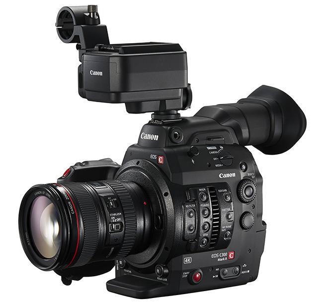 液晶モニターが必要ない場合の撮影スタイル向けに、オプションのマイクロホンアダプターMA-400(¥6万5000/税別、2015年10月上旬発売)も用意されている。XLR×2とCanon専用端子×1を装備。電源は専用端子から供給