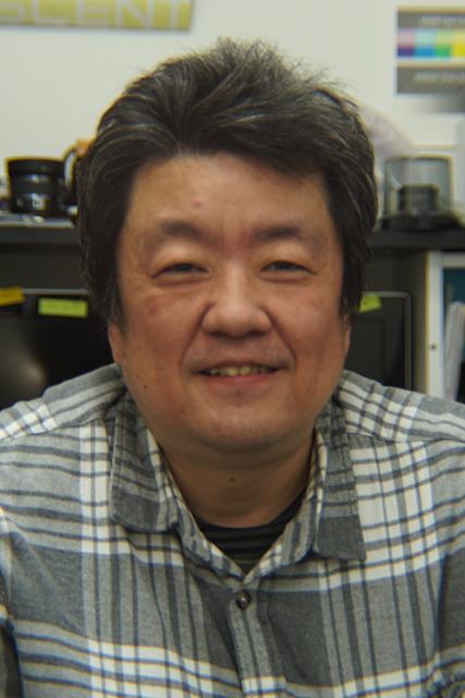 写真7 小菅社長。アンジェニュー50mm F0.95をソニーα7に取り付け、F4に絞って撮影。フルサイズセンサーを完全にカバーしている