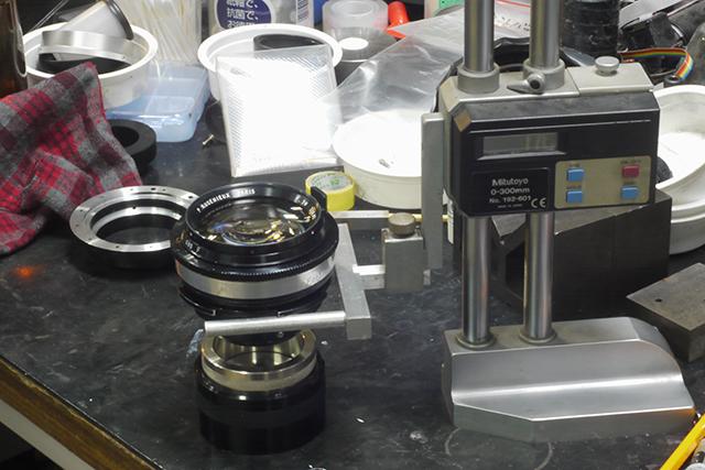 写真8 マイクロメーターのレンズ保持具に乗ったアンジェニュー50mm F0.95