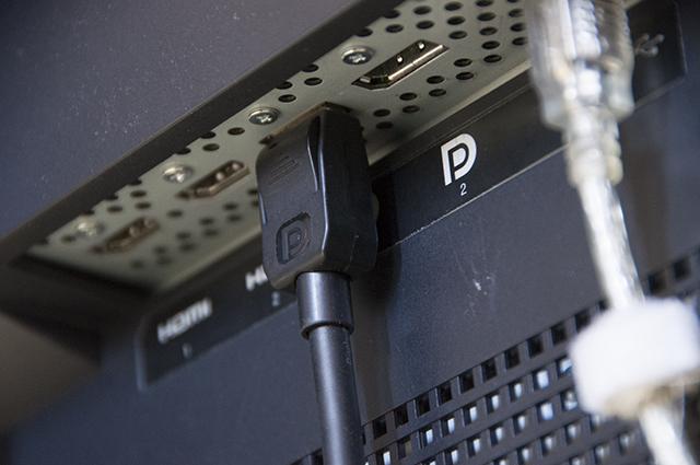 写真4 莫大な量の4K映像データもDisplayPortケーブル1本で接続できる。筆者の私見だが、ファイルベースノンリニアが主流となったいま、モニタリングにSDIインターフェースはもはや不要ではないだろうか