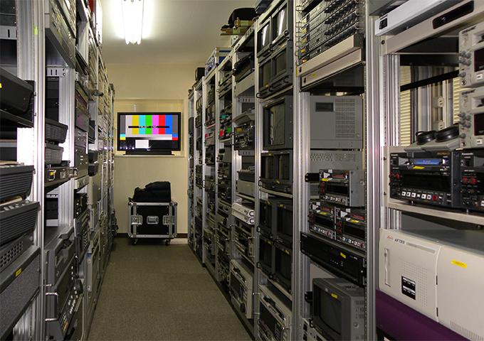 VTRやモニターを初め、展示機器の多くはシステムラックに収められ、ショールームはマシーンルームさながら