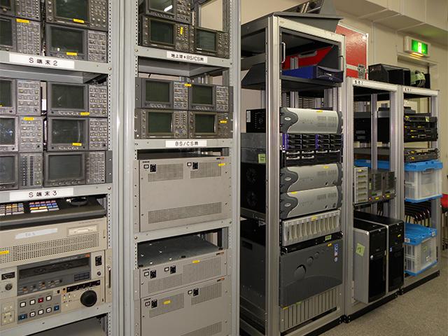 測定機器やインターフェースユニットなども豊富で、中古商品だけでもシステム構築できるほどの品揃え。ノンリニア編集機器では、ターンキーシステムやストレージも扱っている