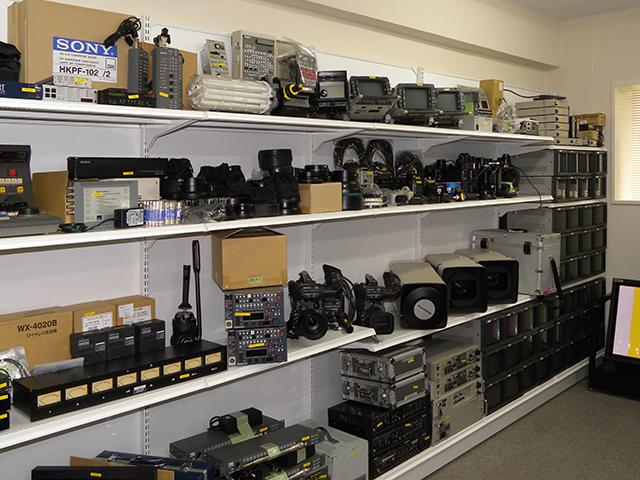 撮影の周辺機材は、レンズやバッテリー、ビューファーはもちろん、コントロールユニットやカメラアダプターなどのシステムカメラ向け機器も揃う