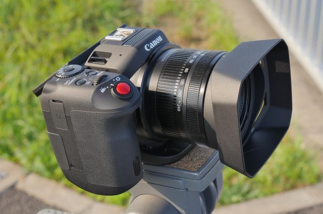 写真1 一見するとデジタルスチルカメラのようにも見えるキヤノンXC10