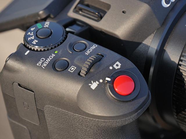 写真2 グリップの上部にボタンやダイヤルが並んでいる。ダイヤルは前後それぞれに約90°の回転が可能