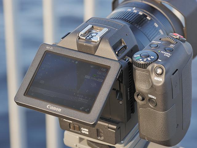 写真3 背面の3.0型液晶モニターは上下にティルトできる。回転式グリップとの併用で、ハイアングルやローアングルでも安定した撮影が可能