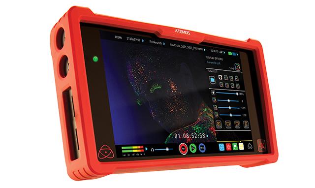 モニターにはタッチパネル式の7型フルHD(1920×1080)S-IPS液晶を採用。外形寸法は幅196×高さ110×奥行47mm、質量が430g(記録メディアおよびバッテリー含まず)。本体を保護する赤色(NINJAシリーズのイメージカラー)のバンパーが付属している
