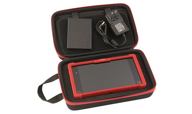 同梱品として、NINJA ASSASSIN本体のほか、マスター キャディー(SSDケース)×1、本体用ACアダプター×1、本体保護バンパー×1、ソフトキャリングケース、クイックスタートガイド(簡易マニュアル)が付属する