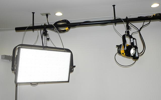 Cスタジオ(多目的ホール)の照明には、スポットライトのDLED9.1-SE-D-DMX (写真右)4台のほか、大光量平面パネルのLEDRAMA(写真左)2台を使用している