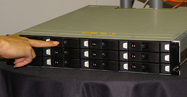 写真2 ISIS|1000のストレージエンジン。1ストレージエンジンあたりの容量は20Tバイト。12基のHDDを搭載し、そのうち10台がメディア用HDD、2台がパリティ保存用。HDD構成はRAID6、最高2台までのHDD故障耐性がある