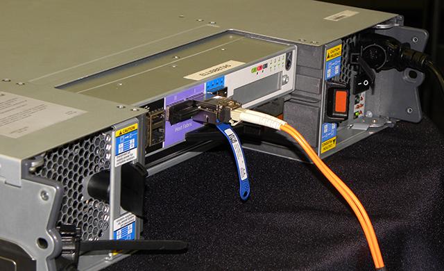 写真5 ISIS|1000の背面。ISIS|1000とクライアントマシーンの直接接続機能は搭載されていない。指定の高速スイッチングハブと10GBASE-T接続される