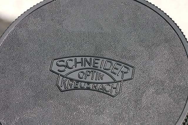写真1 360mmのレンズキャップに刻印されたシュナイダーのマーク。同社は世界に冠たる製品を数々送り出している