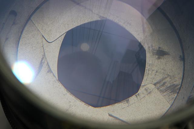 写真8 100mm[No.9971966]の絞り、製造番号が新しくなると6枚に減っている