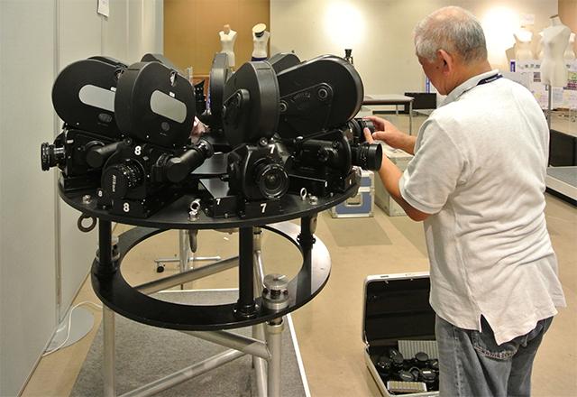 「つくば科学万博」のパビリオン映像を撮影した特殊なフィルムカメラなどを数多く展示。写真は、35mmフィルムカメラ9台で360°撮影が可能なサークルビジョン