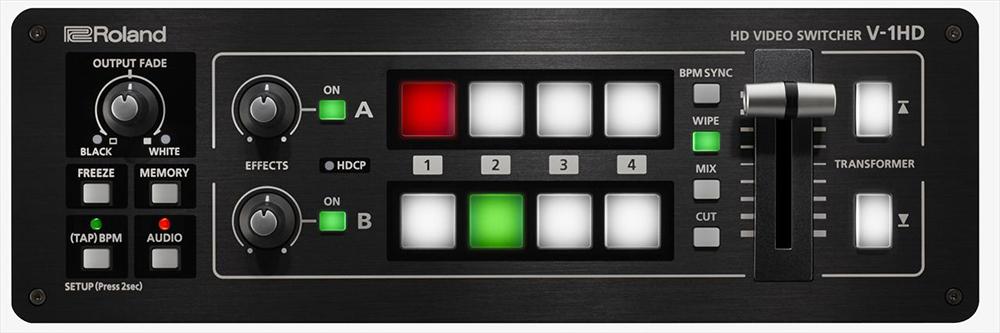 シンプルな操作パネル。大型の自照式ボタンを搭載し、出力中は赤、スタンバイは緑、接続がないときは消灯、一目瞭然で直感的に扱える。パソコンやタブレットをUSB接続し、専用アプリ「V-1HD RCS」で操作することもできる