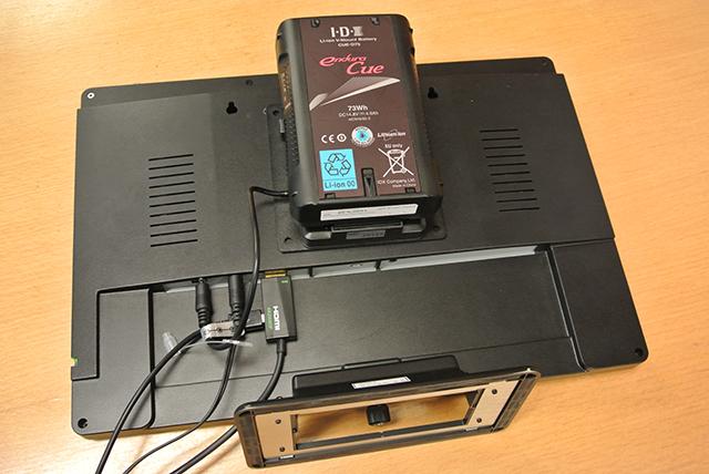 別売りのVESA Vマウントプレートを本体背面に装着することで、本機をVマウントバッテリーにて動作させることが可能。電源が用意できない撮影現場やイベント会場でも持ち運んで使用することができます ※参考値:アイ・ディー・エクスCUE-D75バッテリーで約6時間(4K30fps、バックライト80%、音声なし)
