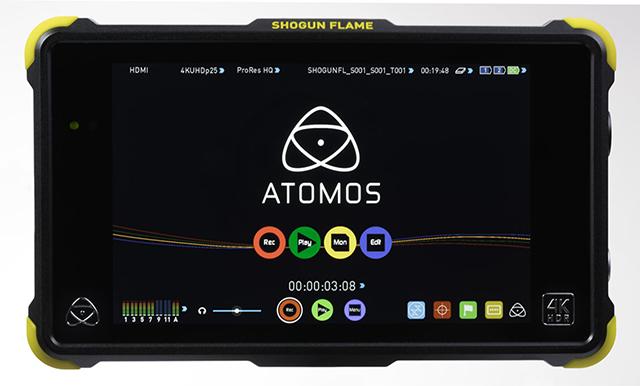 SHOGUN FLAME。外形寸法は幅215×高さ130×奥行45mm(バッテリー含まず)、質量は1145g(付属バッテリー×2、記録メディア含む)。剛性を高めた新筐体と7.1型の高輝度LCDパネルを採用