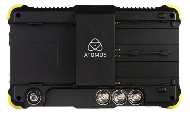 SHOGUN FLAMEのバックパネル。デュアルバッテリースロットや記録メディアスロットのほか、6G-SDI入出力×各1とゲンロック/LTC入力も装備
