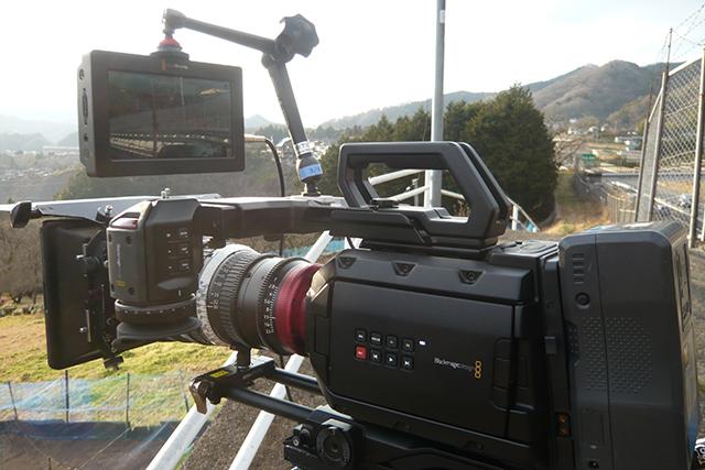 写真1 URSA Mini 4KにVideo Assistを装着。スタイリッシュなフォルムである。URSA Mini 4Kには、オプションのURSA Viewfinder、URSA Mini Shoulder Kit、URSA VLock Battery Plateを装備している