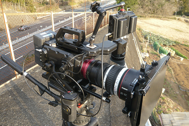 写真2 URSA Mini 4KにキヤノンCN-E 30-105mmを取り付けた。今回のレビューで使用したカメラは4KのEFマウントタイプ