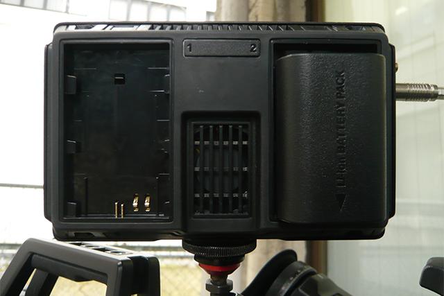 写真7 Video Assistの背面。使用可能なバッテリーはLP-E6。キヤノンEOS 5D MarkⅡで使用するものと同じバッテリーなので、お持ちの方も多いはず