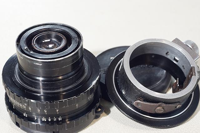 写真5 アイモマウント(左)とアイモ−Eマウントアダプター(右)