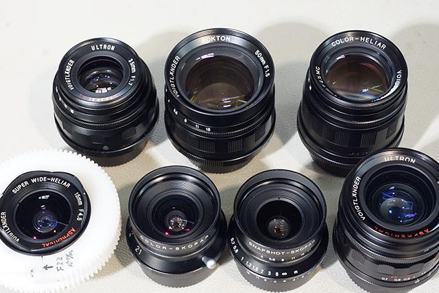 写真19 フォクトレンデル7本。下左から、15mm、21mm、25mm、28mm、上左から35mm、50mm、75mm。15mmに取り付けてあるのは水中ハウジング用のギア