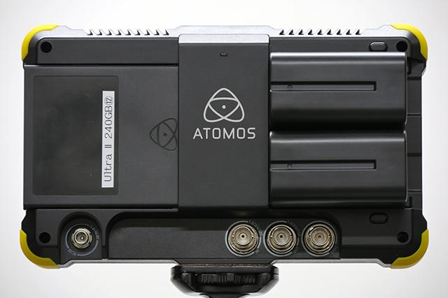 写真2 SHOGUN FLAMEの背面。右側にバッテリーを2つ取り付けられるデュアルバッテリースロットを装備。左側は記録メディア(マスターキャディー)スロット