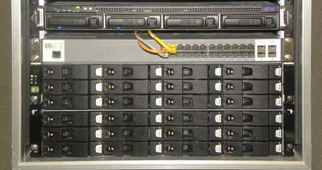 フロントパネルを取り外したNEXIS|E4。2Media Pack(20メディアドライブ)のほか、システムドライブやホットスペアが収納されている